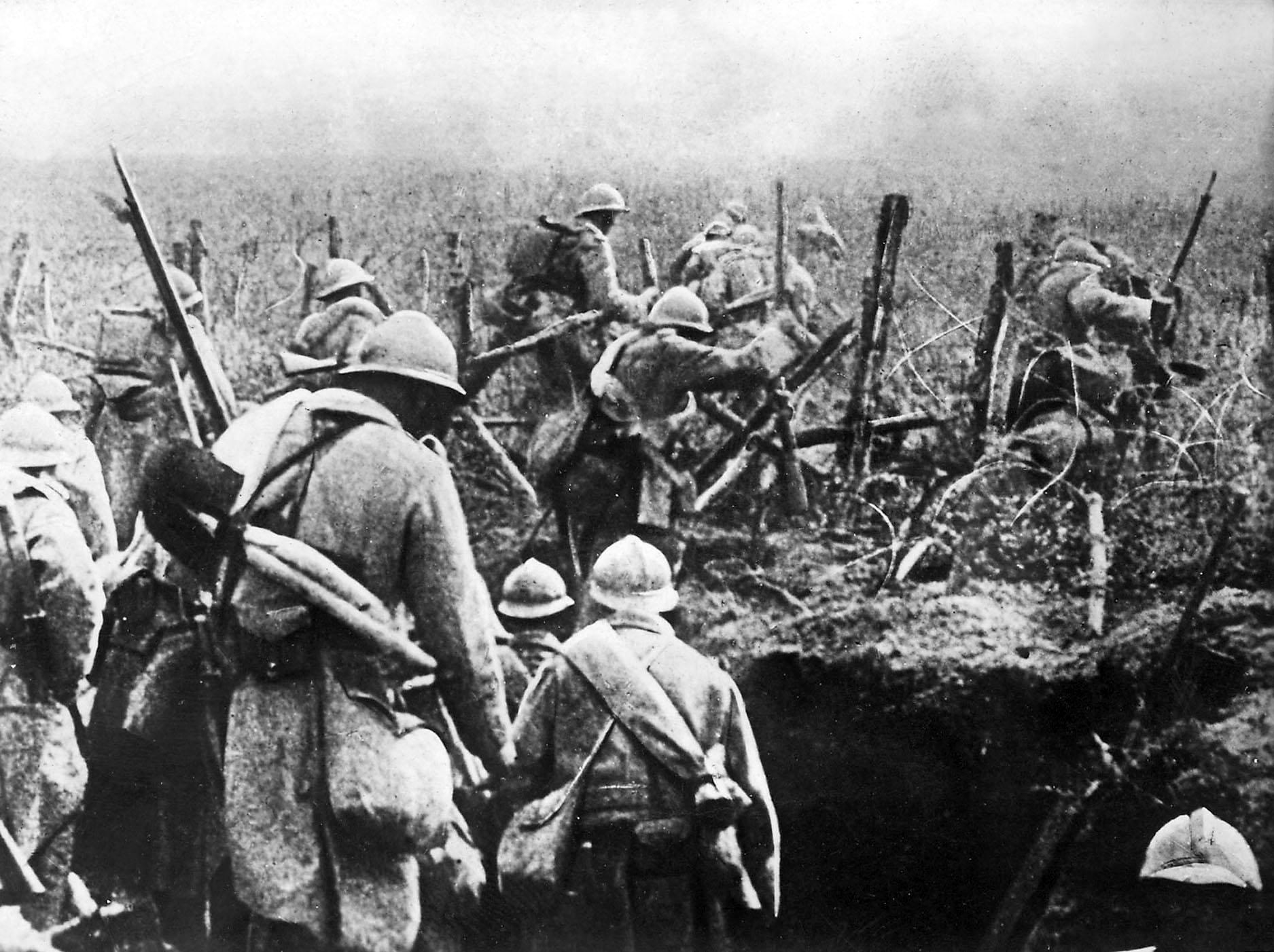 Soldats français à l'assaut sortent de leur tranchée pendant la bataille de Verdun, 1916.
