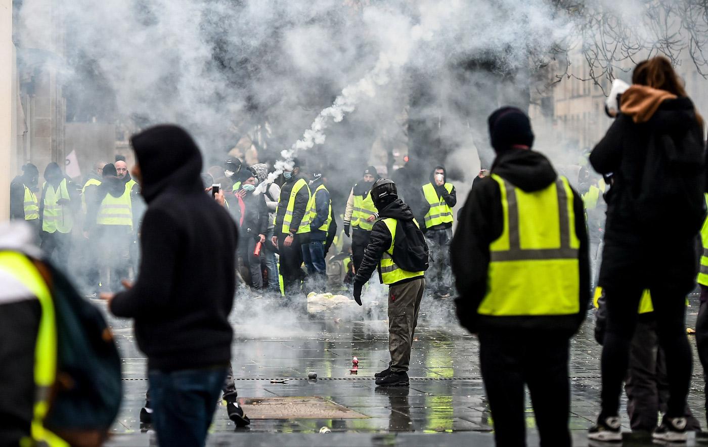 Read more about the article Gilets jaunes et chemises noires