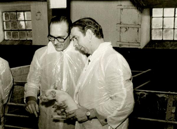 Read more about the article La photo terrifiante de Jacques Chirac et du petit cochon