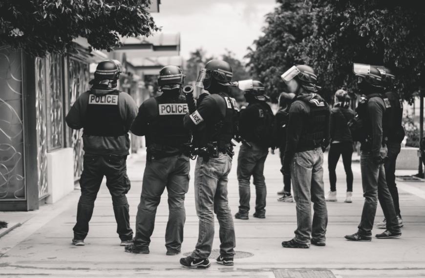 Le monde court à sa perte, mais la petite-bourgeoisie «de gauche» manifeste contre la police