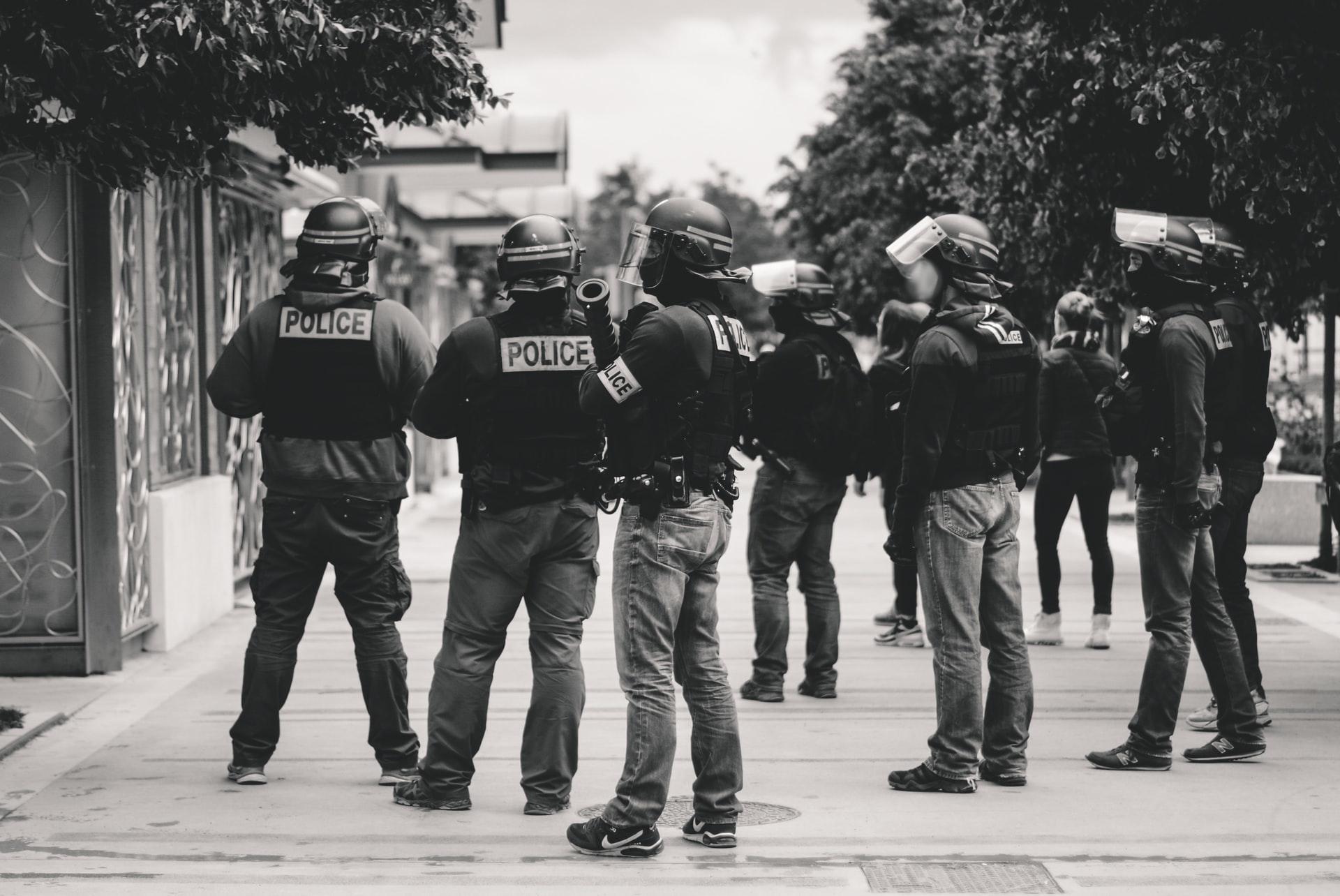 Read more about the article Le monde court à sa perte, mais la petite-bourgeoisie «de gauche» manifeste contre la police
