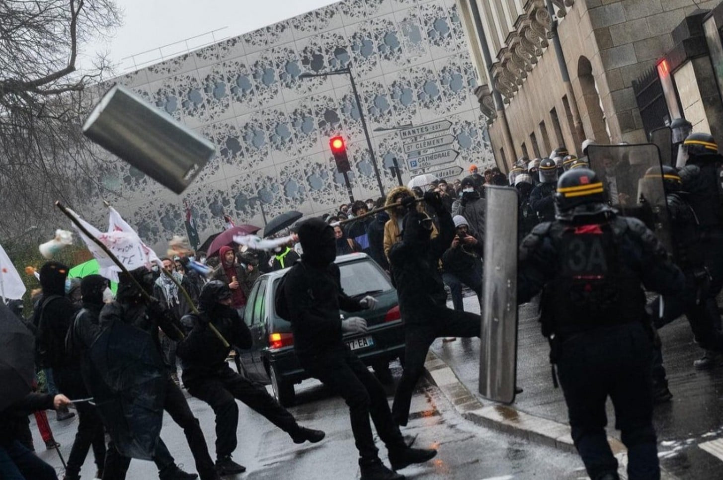 Journalistes, ultra-gauche et teufeurs manifestent contre les mesures sanitaires