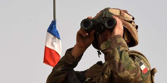 Armée: la Droite dure remet une pièce dans la machine avec une nouvelle tribune militaire