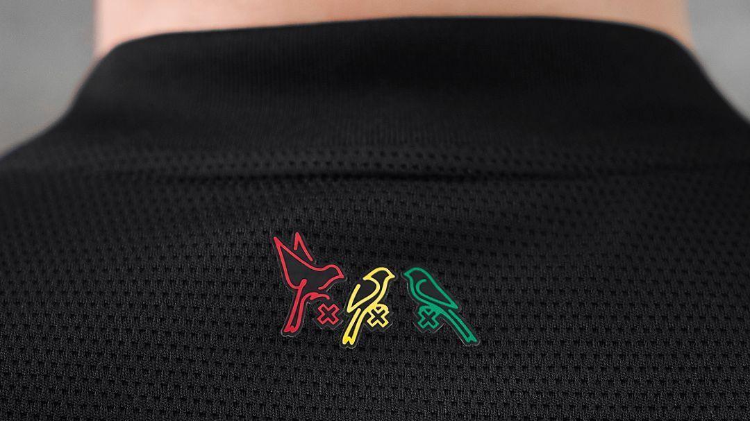 Adidas et l'Ajax Amsterdam mettent des oiseaux en cage