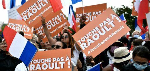 """""""touche pas à Raoult"""" (photo : STEPHANE DE SAKUTIN / AFP)"""