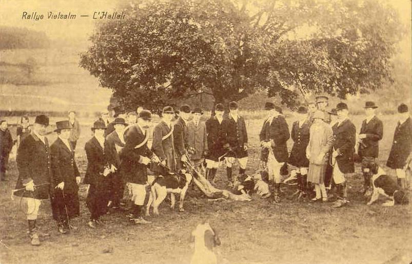 A Vielsalm (province de Luxembourg), chasse à courr, l'Hallali. Vers 1903.